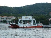 Veerboot bij het overzees voor berg stock fotografie