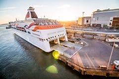 Veerboot bij Zonsondergang Royalty-vrije Stock Afbeeldingen