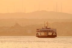 Veerboot bij zonsondergang, Istanboel, Turkije Stock Fotografie