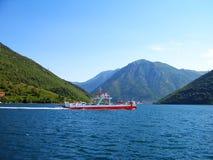 Veerboot in de baai van Kotor Stock Afbeeldingen