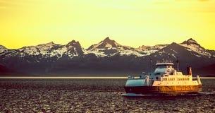 Veerboot in de Fjorden van Noorwegen Stock Afbeeldingen