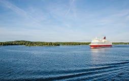 Veerboot in de Oostzee, zonnige dag, Finland-Zweden stock foto