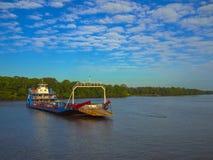 Veerboot in de Rivier van Amazonië Stock Foto's