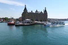 Veerboot dichtbij Haydarpasa-Station in Kadikoy, Symbooloriëntatiepunt van Istanboel, Turkije Royalty-vrije Stock Foto