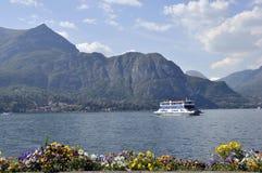 Veerboot die Bellagio op Meer Como verlaat Stock Foto's