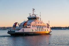 Veerboot die bij schemer in de fjord van Oslo, Noorwegen kruisen Royalty-vrije Stock Afbeeldingen