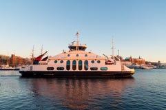 Veerboot die bij schemer in de fjord van Oslo, Noorwegen kruisen Stock Foto