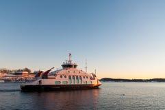Veerboot die bij schemer in de fjord van Oslo, Noorwegen kruisen Royalty-vrije Stock Foto