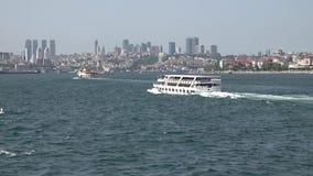 Veerboot die in Bosphorus met de horizon van Istanboel en Meisjetoren reizen, Turkije stock videobeelden