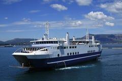 Veerboot die de haven ingaat Stock Foto's