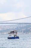 Veerboot die door bosphorusstraat varen Stock Afbeelding