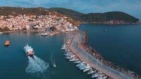 Veerboot die haven van Skopelos-eiland in Griekenland ingaan stock video