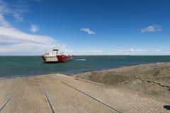 Veerboot die het dok in Cruce Punta Delgada in de Straat van Magellan, Chili naderen royalty-vrije stock afbeelding