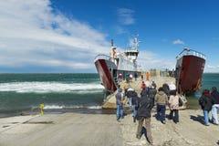Veerboot die het dok in Cruce Punta Delgada in de Straat van Magellan, Chili naderen royalty-vrije stock foto's