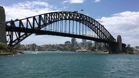 Veerboot die naar Havenbrug varen, Australië stock footage