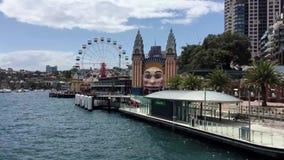 Veerboot die naar Milson-Puntterminal varen, Sydney, Australië stock video