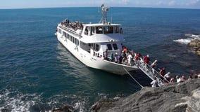 Veerboot die in Riomaggiore dokken stock videobeelden