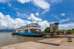 Veerboot die vervoervolkeren en voertuigen Stock Afbeeldingen
