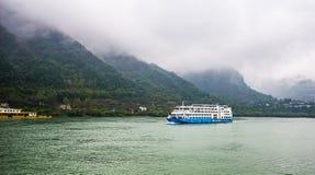 Veerboot dragende toerist die op Yangtze-rivier kruisen stock foto