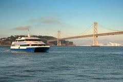 Veerboot en brug royalty-vrije stock foto's