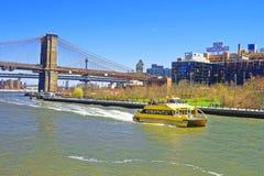 Veerboot en de brug van Brooklyn over de Rivier van het Oosten Stock Fotografie