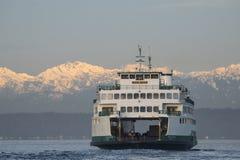 Veerboot en Olympische Bergen Royalty-vrije Stock Afbeelding