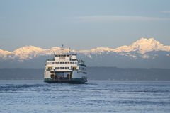 Veerboot en Olympische Bergen Stock Afbeelding