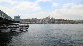 Veerboot in het estuarium van Istanboel stock afbeelding