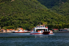 Veerboot in Kotor-Baai Royalty-vrije Stock Foto's