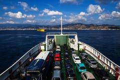 Veerboot kruising de Straat van Messina Stock Afbeeldingen