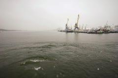 veerboot in Litouwen, voor mensen met een blauw dak, en slingers royalty-vrije stock foto's