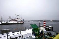 veerboot in Litouwen, voor mensen met een blauw dak, en slingers stock foto's
