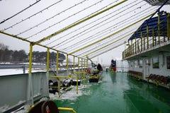 veerboot in Litouwen, voor mensen met een blauw dak, en slingers stock afbeelding