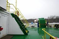 veerboot in Litouwen, voor mensen met een blauw dak, en slingers stock foto