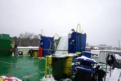 veerboot in Litouwen, voor mensen met een blauw dak, en slingers stock afbeeldingen