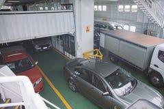 Veerboot met auto's en vrachtwagens het varen Royalty-vrije Stock Afbeeldingen