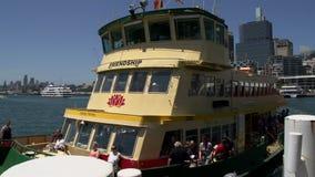 Veerboot met de naamvriendschap die in Darling Harbour in Sydney aankomen stock video