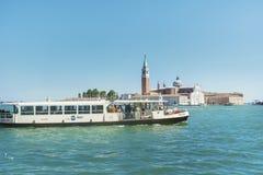 Veerboot met passagiers die aan Venetië, Italië varen Royalty-vrije Stock Fotografie