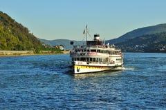 Veerboot met toeristen op de rivier van Moezel stock foto's