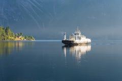 Veerboot op de fjord, Noorwegen Royalty-vrije Stock Foto