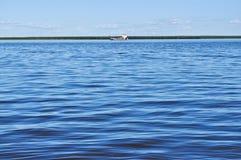 Veerboot op de grote rivier. Royalty-vrije Stock Afbeelding