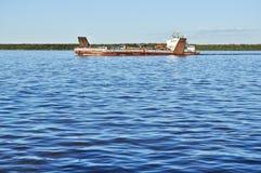 Veerboot op de grote rivier. Stock Afbeelding