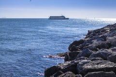 Veerboot op de horizon op zee Istanboel royalty-vrije stock fotografie
