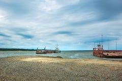 Veerboot op de rivier Chingisy, Novosibirsk oblast, Rusland Royalty-vrije Stock Afbeeldingen