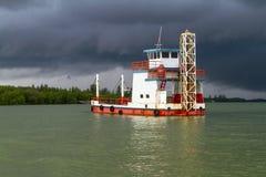 Veerboot op de rivier vóór onweer Royalty-vrije Stock Afbeeldingen