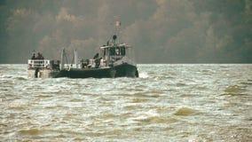Veerboot op de rivier van Donau stock video