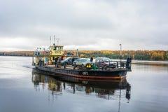 Veerboot op de rivier Volga 15 Oktober, 2017 dichtbij de stad van Krasn Stock Afbeeldingen