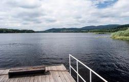 Veerboot op Lipno-waterreservoir met Sumava-bergen op de achtergrond royalty-vrije stock afbeelding