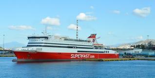 Veerboot in Piraeus haven, Athene, Griekenland op 19 Juni, 2017 Royalty-vrije Stock Afbeelding