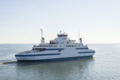 23 05 2015 Veerboot tussen continentaal Estland en Muhu-Eiland Royalty-vrije Stock Foto